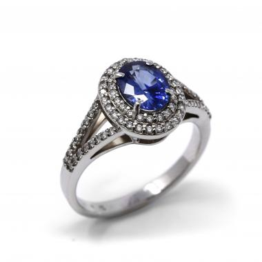 Ring with sapphire and white diamonds